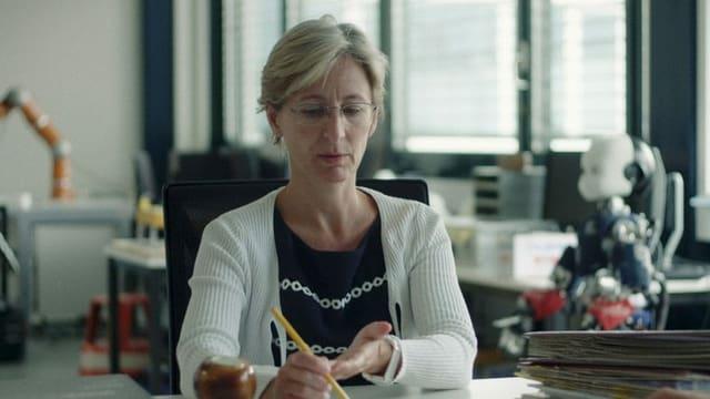 Eine Frau am Schreibtisch.