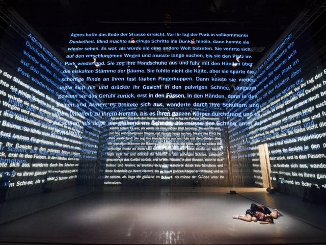 Text wird auf verschiedenen Ebenen auf die Bühne projiziert.