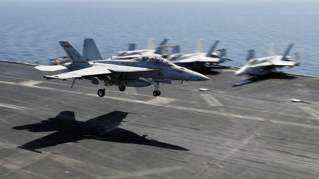 US-Kampfjets auf dem Flugzeugträger USS Theodore Roosevelt im Juni 2015 im Persischen Golf.