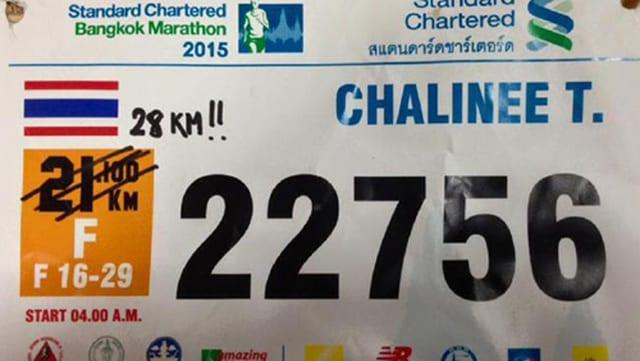 Die Startnummer einer Läuferin des Bangkok-Halbmarathons.