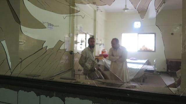 Geborstene Glasscheibe im Innern des Spitals