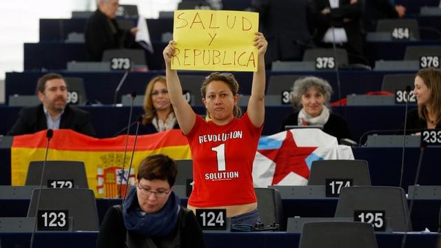 Eleonera Forenza hält im EU-Parlament ein Schild hoch.