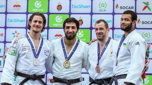 Vier Judoka posieren für ein Foto