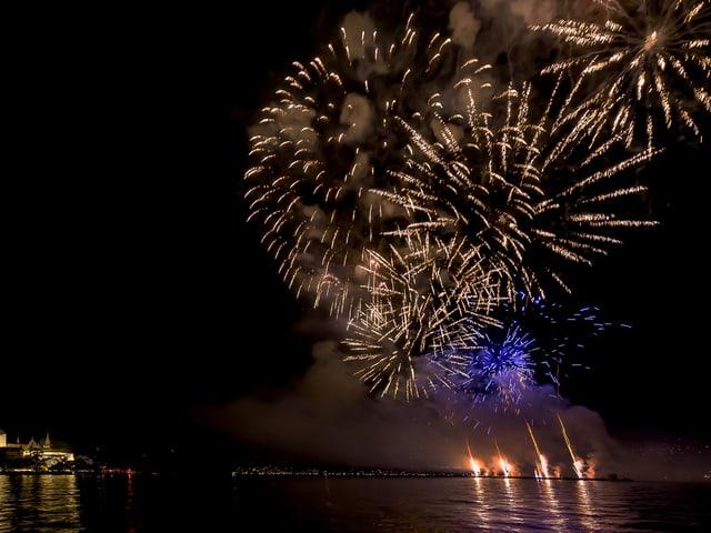Feuerwerk über dem See.