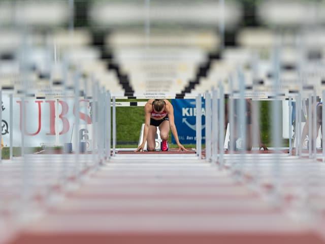 Géraldine Ruckstuhl beim Start eines 100-m-Hürden-Laufs.