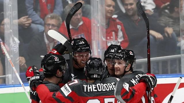Ina gruppa da tschintg hockeyans che giubileschan.
