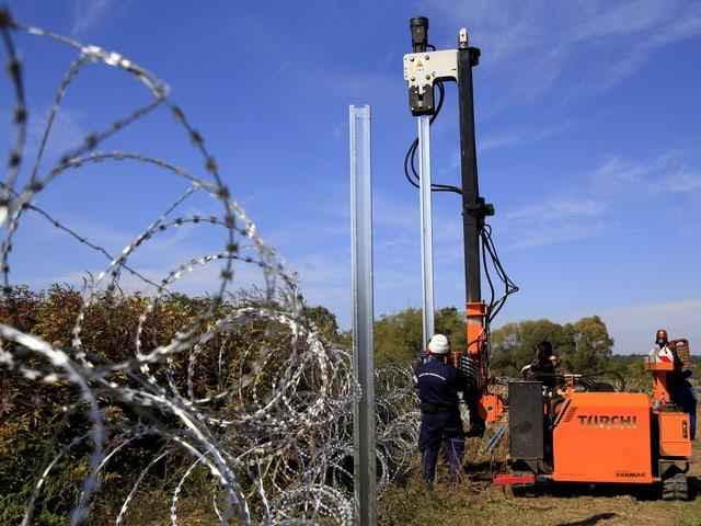 Soldaten errichten einen Zaun