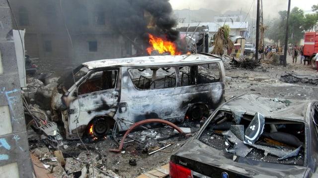 Bild ausgebrannter Fahrzeuge nach dem Anschlag.