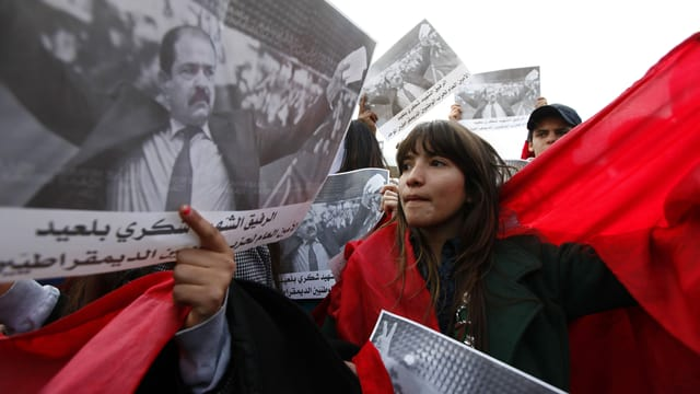 Demonstranten mit Bildern von Belaïd