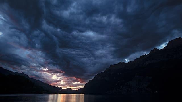 Dunkle, wilde Wolkenformen am Donenrstagabend über dem Walensee.