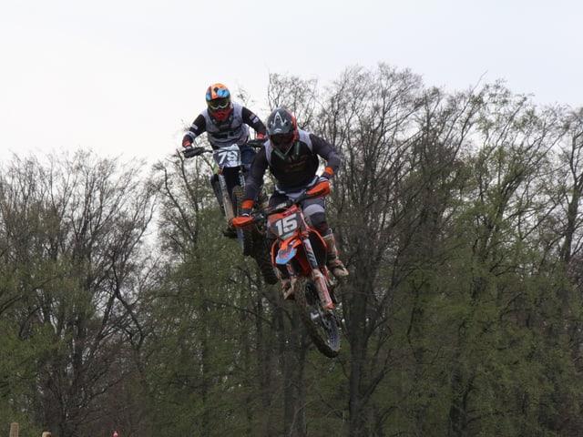 Motocrossfahrer in der Luft