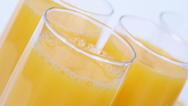 Gläser mit Fruchtsaft.