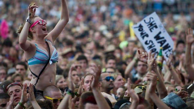 Festivalbesucher klatschend und kreischend vor der Bühne.