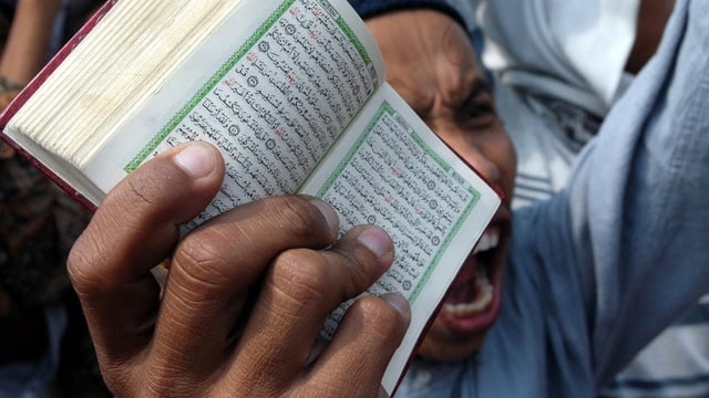 In extremist muslim tegn davant sia fatscha in cudesch pitschen.