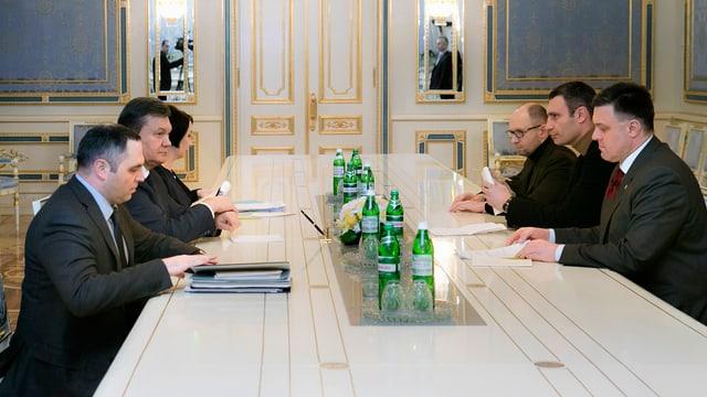 Der Präsident der Ukraine, Viktor Janukowitsch (2. l) trifft sich mit den Oppositionsführern Oleh Tyahnybok, Vitaly Klitschko und Arseny Jatsenyuk an einem Tisch.