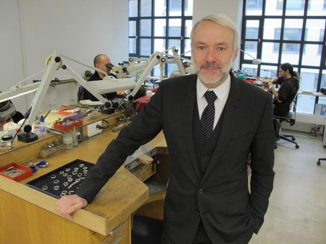 Walter Häusermann im Atelier seiner Firma.
