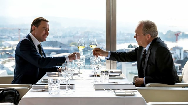 Zwei Männerin einem Restaurant.