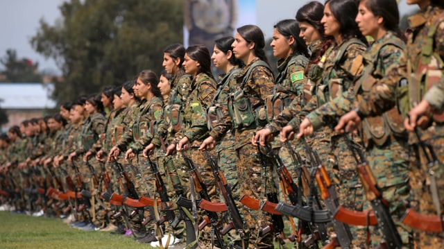 YPG-Kämpferinnne paradieren im März 2019