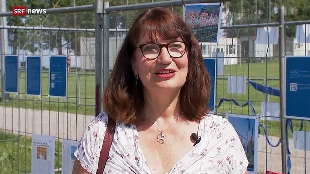 Heike Brüning gibt Interview vor dem Grenzzaun.