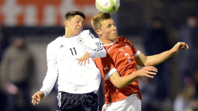 Silvan Widmer (r.) im Kopfball-Duell mit dem Dortmunder Leonardo Bittencourt.