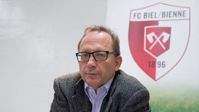 Carlo Häfeli vor dem Biel-Logo.