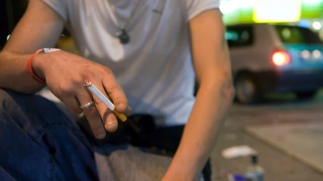 In um giuven tegna ina cigaretta.