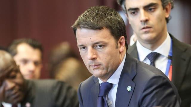 Renzi schaut nachdenklich, um ihn herum verschiedene andere Politiker.