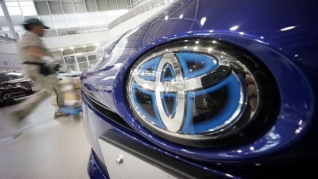 Grossaufnahme des Toyota-Logos an einem Fahrzeug.