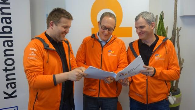 Da sanester: Curdin Capaul, Christian Rathgeb e Marcel Cathomen, president GRTV.