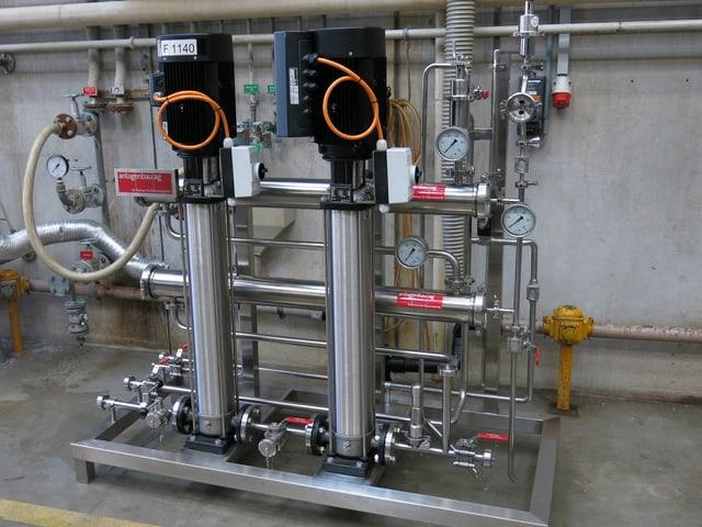 Maschine mit vielen Schläuchen und Verbindungen und zwei tankartigen Säulen.