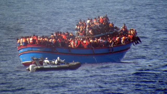 Die italienische Küstenwache begleitet ein mit dutzenden afrikanischen Flüchtlingen überfülltes Schiff.