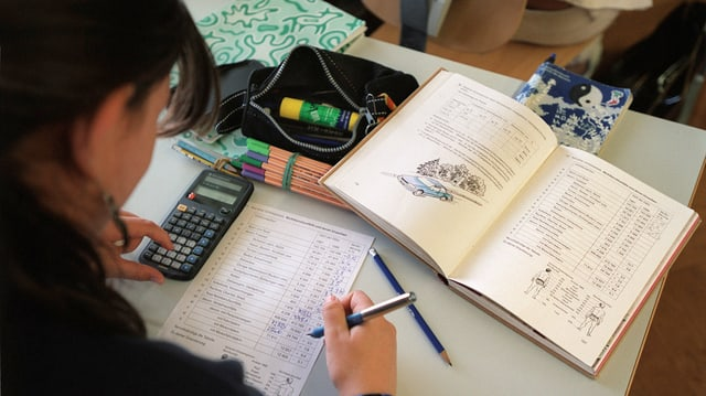 Schülerin beim Studium