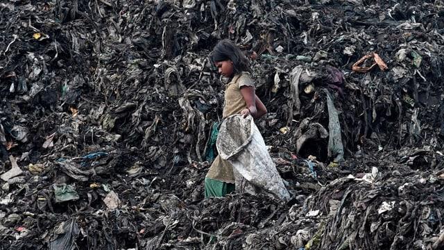 Mädchen in Indien auf Abfallberg