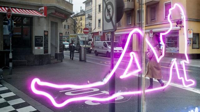 Neonleuchte in Form einer nackten Frau in einem Schaufenster