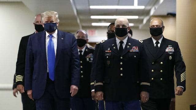 Donald Trump trug beim Besuch im Walter-Reed-Spital in Bethesda bei Washington eine blaue Gesichtsmaske mit dem Siegel des Präsidenten.