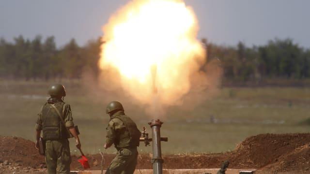 zwei russische Soldaten feuern Raketen ab