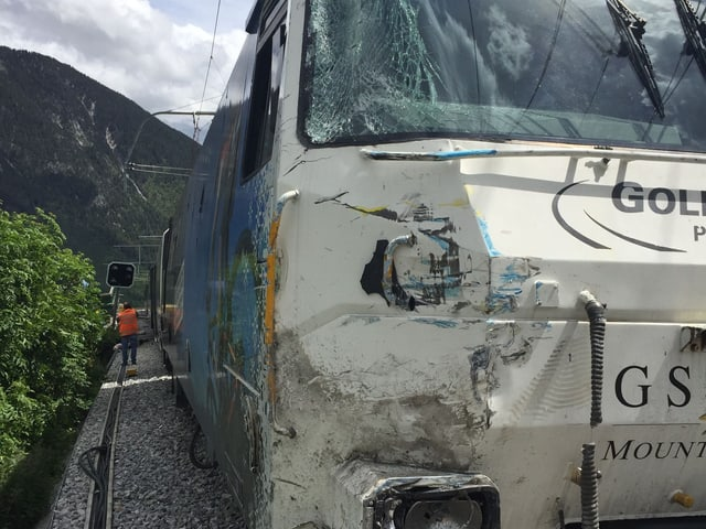 Eine beschädigte Lok von vorne.