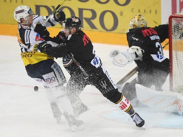 Zweikampf zwischen einem Lugano- und einem Ambri-Spieler.