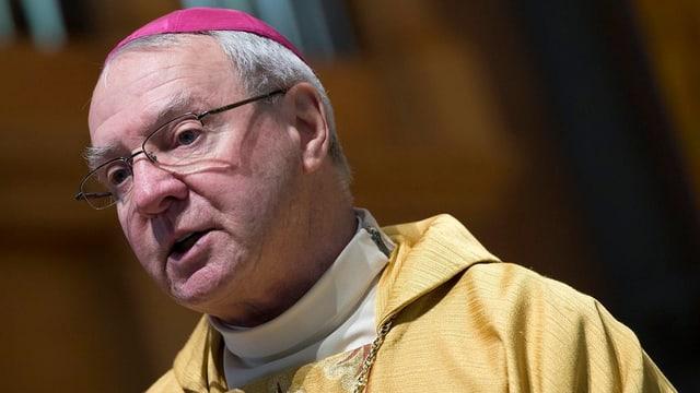 Ein Bischof mit Brille.