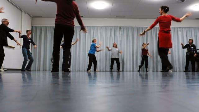 Zwei Tanzlehrerinnen leiten die Seniorinnen an.