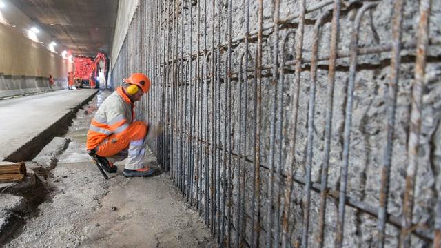 Ein Bauarbeiter im Schänzli-Tunnel.