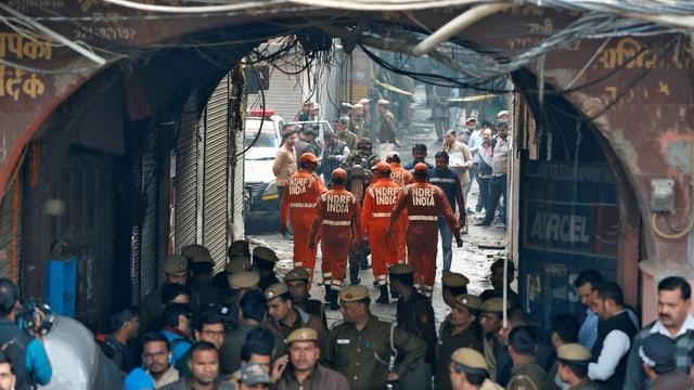 Einsatzkräfte der indischen National Disaster Response Force (NDRF) auf ihrem Weg zur Fabrik.