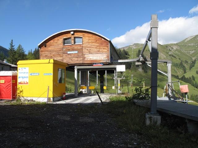 Blick auf eine geschlossene Sesselliftstation