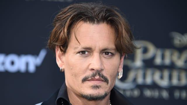 Auf dem Bild ist Schauspieler Johnny Depp bei einer Filmpremiere zu sehen.
