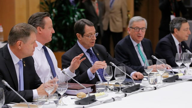 David Cameron (segund da sanester) ed il president da la cumissiun da l'UE Jean-Claude Juncker (segund da dretg).