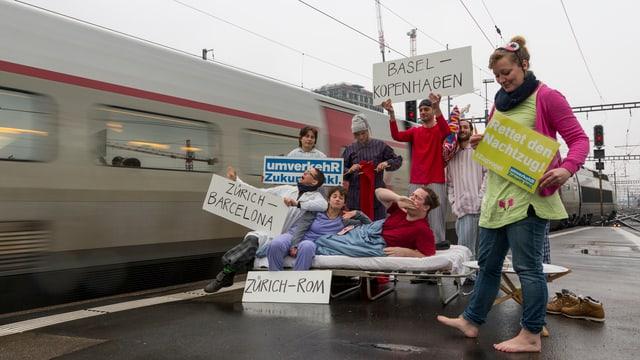 Aktivisten demonstrieren in Pyjamas am Zürcher Hauptbahnhof für die Erhaltung der Nachtzüge.