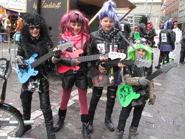 Rock-Gruppe am Kinderumzug der Luzerner Fasnacht 2017.