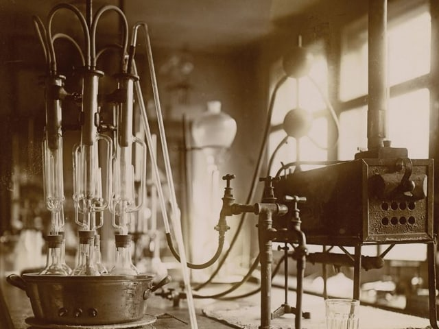 Einrichtung Labor anno 1930.