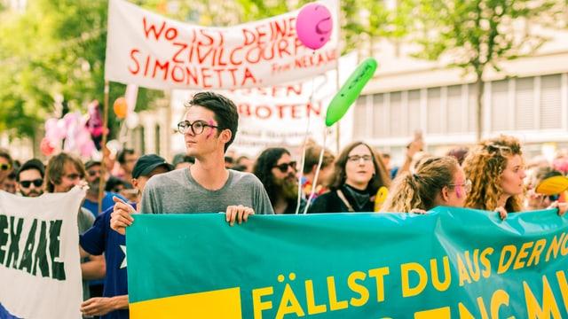 Junge Menschen bei einer Demo.