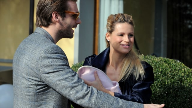 Michelle Hunziker mit dem Baby auf dem Arm und Tomaso Trussardi.